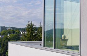 Fassade in Grau mit Balkon-Anschluss
