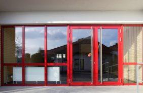 Fassade in Rot mit Tür