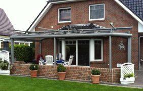 Terrassenüberdachungen graues Profil mit Sonnenschutz