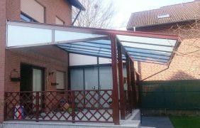 Terrassenüberdachungen rotes Profil mit milchigem Glas