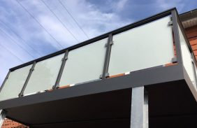 Balkon mit Milchglas