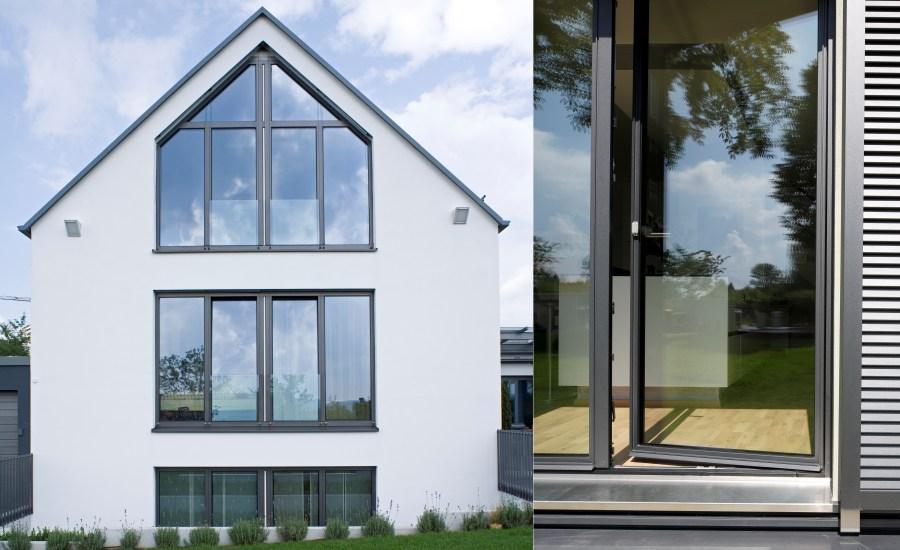 fenster mit idylle bayerischen almhtte fenster mit vorhngen und holzplatten stockfoto. Black Bedroom Furniture Sets. Home Design Ideas